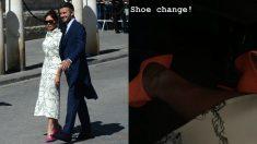 Victoria Beckham utilizó un vestido blanco con zapatos rosas, los cuales se cambió posteriormente por unos naranjas.