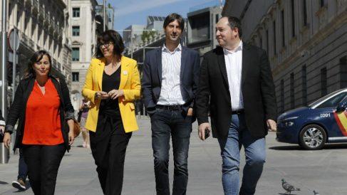 Diana Riba (2i) y Jordi Solé (2d), de ERC; Pernando Barrenba, de Bildu y Ana Miranda, de BNG, a su llegada al Congreso. (Foto: EFE)