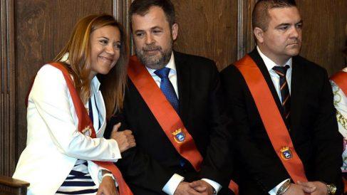 Un voto en blanco inesperado otorgó al socialista Luis Felipe, cabeza de la lista más votada, la alcaldía de Huesca, donde la candidata del PP, Ana Alós (izqda) solo cosechó 12 votos, insuficientes para la mayoría absoluta. Foto: EFE