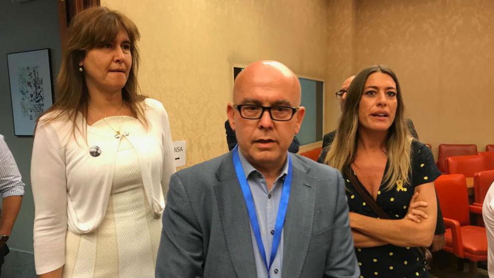 Gonzalo Boyé, acompañado por las diputadas de JuntsxCat Laura Borràs y Míriam Nogueras. (Foto: Nerea Marti)