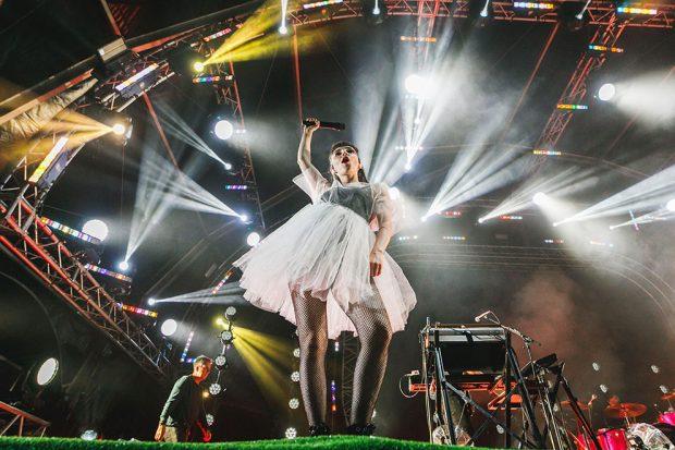 La cantante del grupo Chvrches, Lauren Mayberry, actuando en el festival Paraíso 2019 de Madrid.