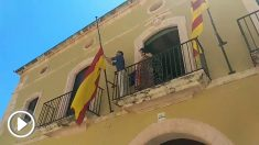El alcalde de ERC en Altafulla, Jordi Molinera, retira la bandera de España de la fachada del Consistorio entre gritos de «¡a la basura!»