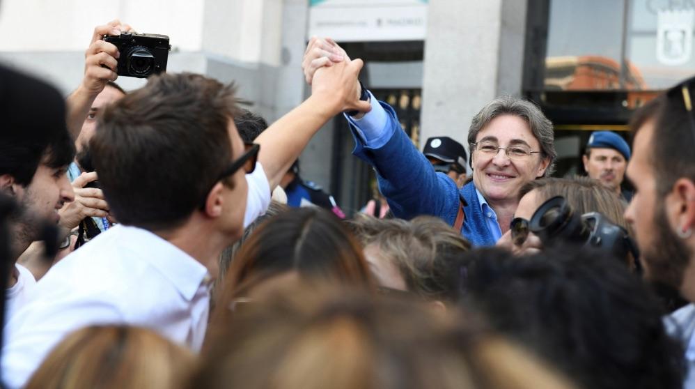 Íñigo Errejón saludando a Marta Higueras. (Foto. EFE)