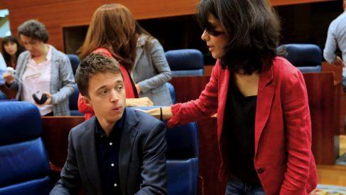 Isa Serra (Podemos) saludando a Íñigo Errejón (Más Madrid). (Foto. EFE)