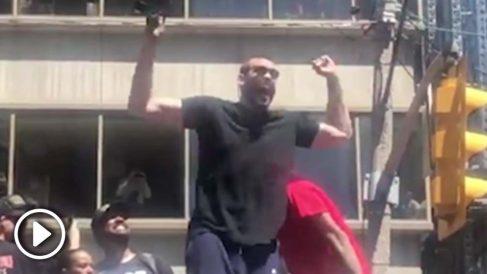 Marc Gasol celebra con la afición de los Raptors el anillo de la NBA.