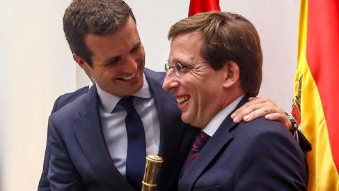 El líder del Partido Popular, Pablo Casado, abraza a José Luis Martínez Almeida, tras ser nombrado alcalde de Madrid. Foto: EP