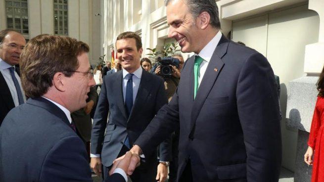 Javier Ortega Smith (Vox) estrecha la mano de José Luis Martínez Almeida del PP. Foto: EP