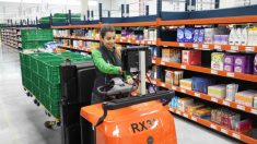 Una trabajadora del almacen para envíos online de Mercadona en Barcelona