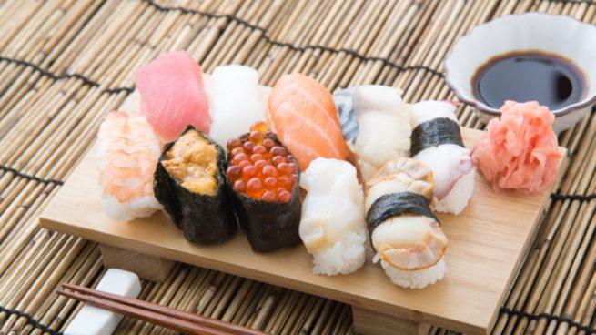 Receta de tabla de sushi y cena japonesa lista en 15 minutos