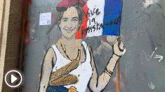 Ada Colau pintada como una guerrillera francesa en la fachada delAyuntamiento de Barcelona