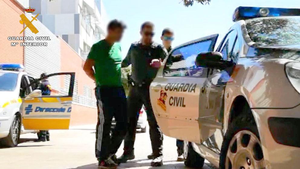 Una patrulla de la Guardia Civil detiene a un sospechoso de tráfico de drogas tras intentar huir de los agentes.