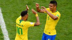 Neymar y Casemiro se saludan durante un partido con Brasil. (Getty)