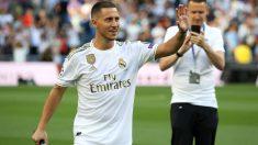 Eden-Hazard-saluda-a-los-aficionados-durante-su-presentación-como-jugador-del-Real-Madrid-en-el-Santiago-Bernabéu-(Getty)