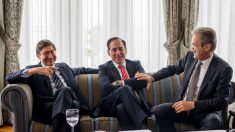 Jose Ignacio Goirigolzarri (Bankia, iz.) con Jordi Gual (Caixabank, dcha.)