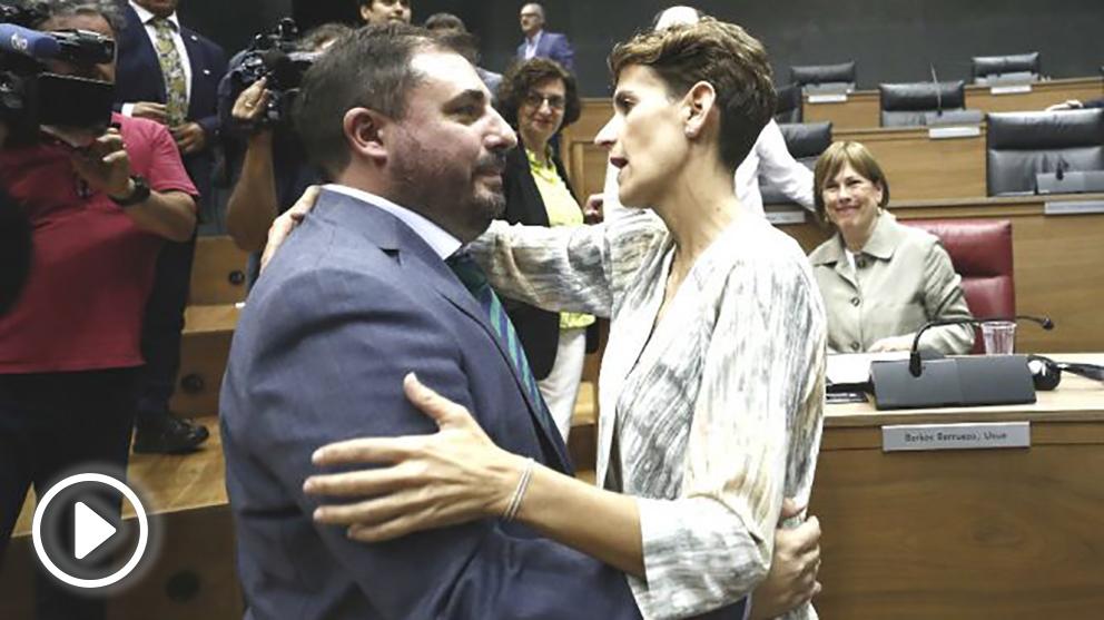 La socialista, María Chivite felicita al nuevo presidente del Parlamento de Navarra, Unai Hualde.