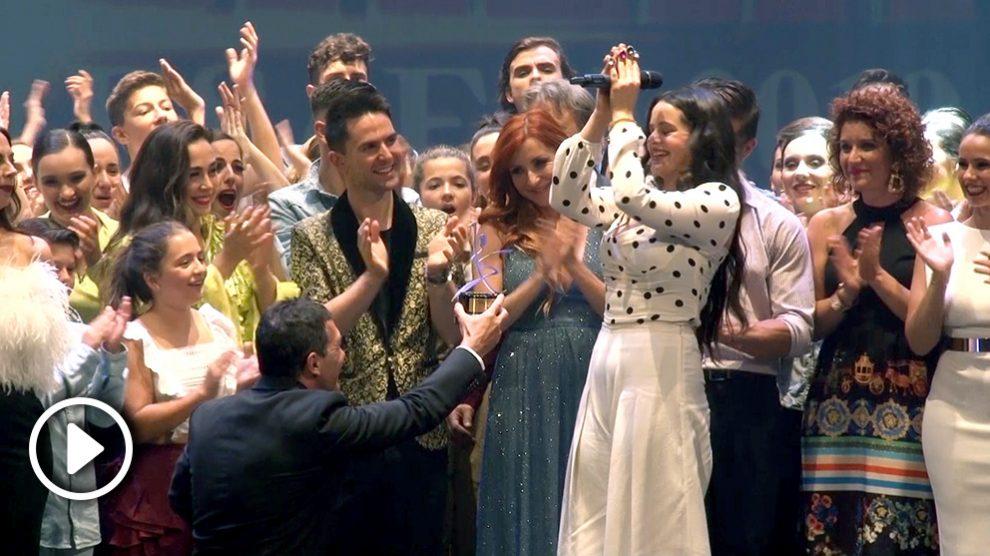 Rosalía recibe el Premio Especial de la Escuela de Artes Escénicas de Málaga.