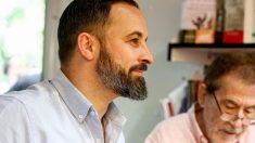 El líder de Vox, Santiago Abascal, en una reunión con militantes de su formación política. Foto: EP