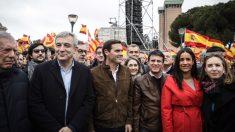 Manuel Valls, junto a Albert Rivera en la manifestación de Colón. (Foto: Ciudadanos)
