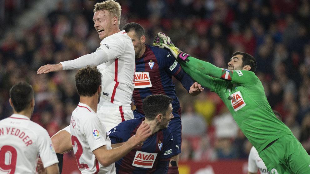 Asier Riesgo en un partido con el Eibar ante el Sevilla (AFP)