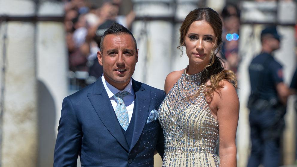 Santi-Cazorla,-junto-a-su-mujer,-asistieron-a-la-boda-de-Sergio-Ramos-y-Pilar-Rubio-(Getty)