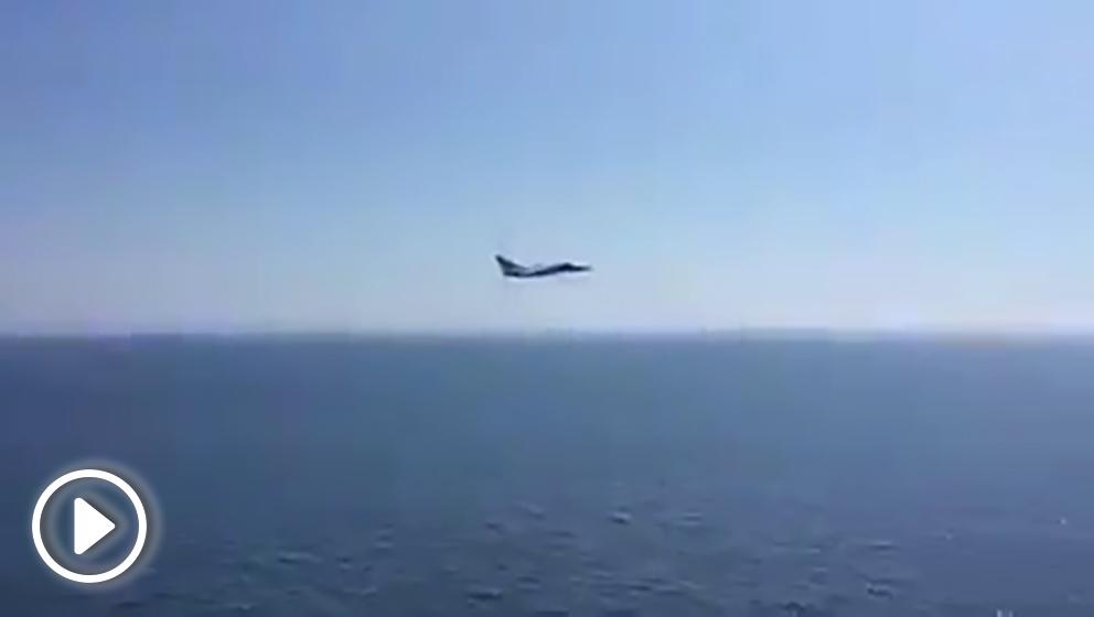 Imagen captada del caza ruso a babor del portaaeronaves 'Juan Carlos I'.