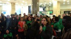 Colau realiza una manifestación en el BBVA de Plaza Cataluña en febrero de 2013