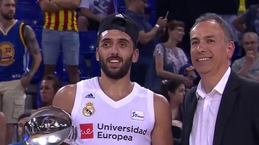 Facundo Campazzo con el premio a MVP de la final de la Liga Endesa.