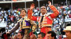El Juli y El Fandi salen a hombros este viernes en Granada (Foto: EFE).
