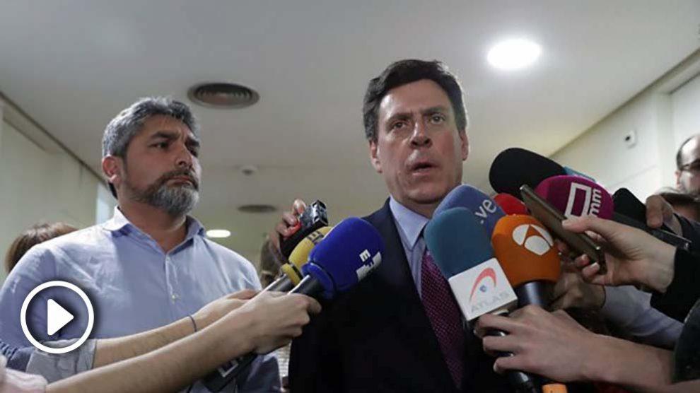Juan José Cortés, padre de Mari Luz, y Juan Carlos Quer, padre de Diana, en el Congreso. (EFE)