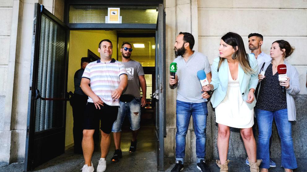 El exmilitar de la Manada, Alfonso Jesús Cabezuelo (2i), y José Ángel Prenda «el Prenda» (i), salen de los Juzgados de Sevilla. (Foto: Efe)