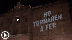 El mensaje proyecto por Òmnium Cultural en la fachada del Ayuntamiento de Barcelona