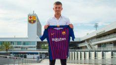 Mike van Beijnen  posa con la camiseta del Barcelona. (Fcbarcelona.es)