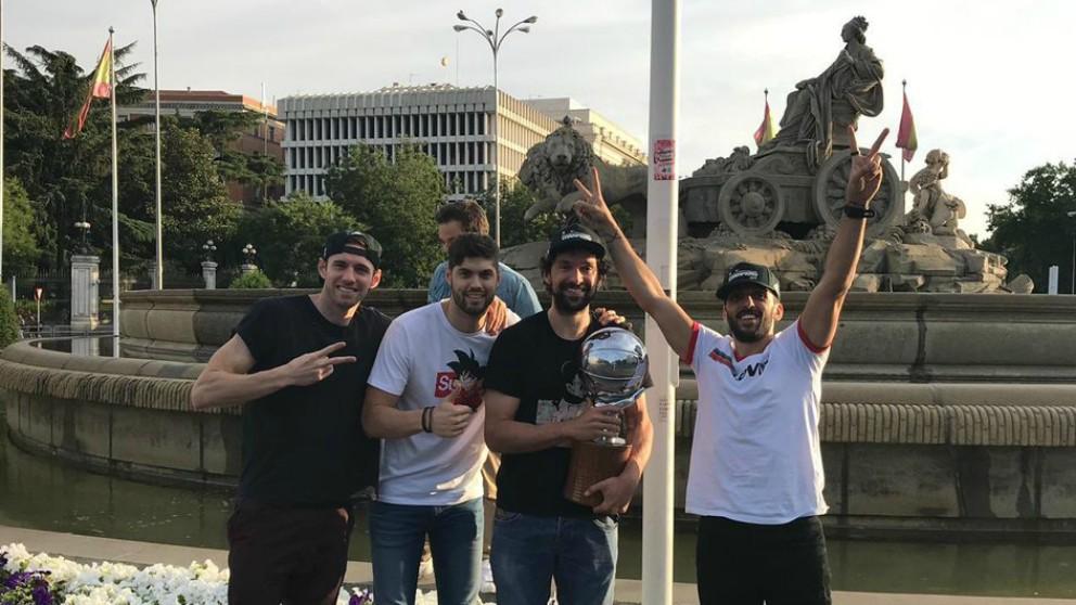 Sergio Llull, Causeur, Campazzo y Yuste en Cibeles celebrando la Liga Endesa. (@23Llull)