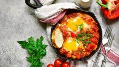 Receta de huevos al plato con pimientos y requesón