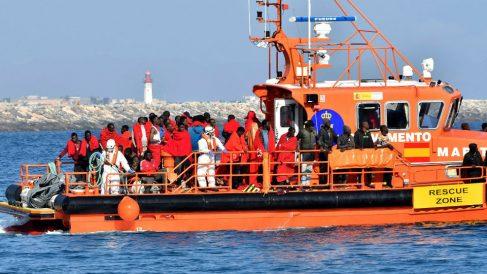 La embarcación de Salvamento Marítimo traslada al puerto de Almería a cien inmigrantes de origen subsahariano (Foto: EFE).