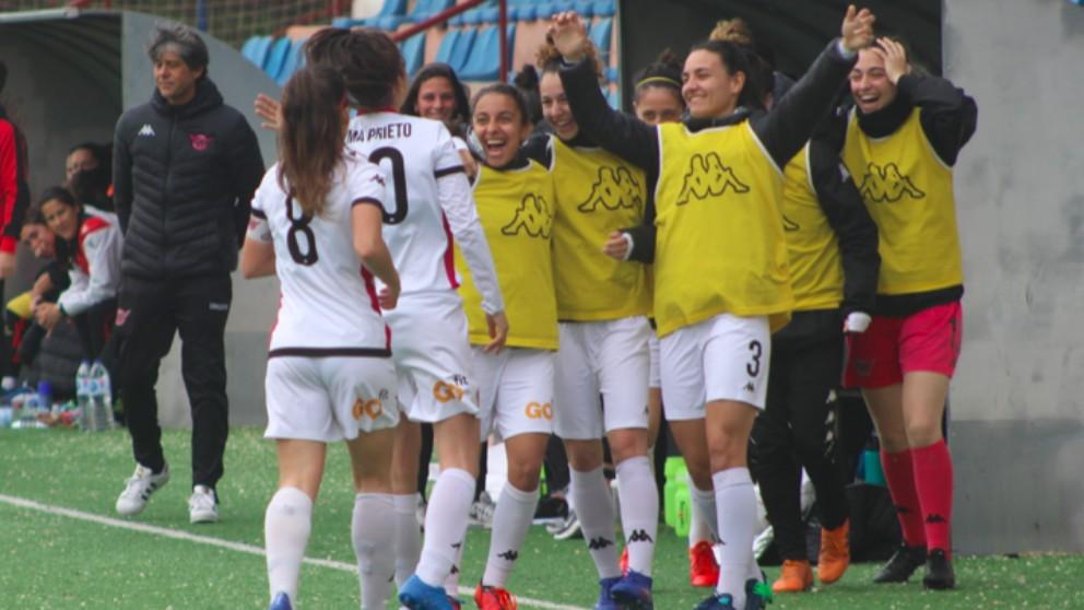Las jugadores del C.D. Tacón celebran un gol. (clubdeportivotacon.com)