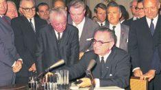 El 2 de julio de 1964 el presidente Johnson promulga la ley de derechos civiles de 1964.