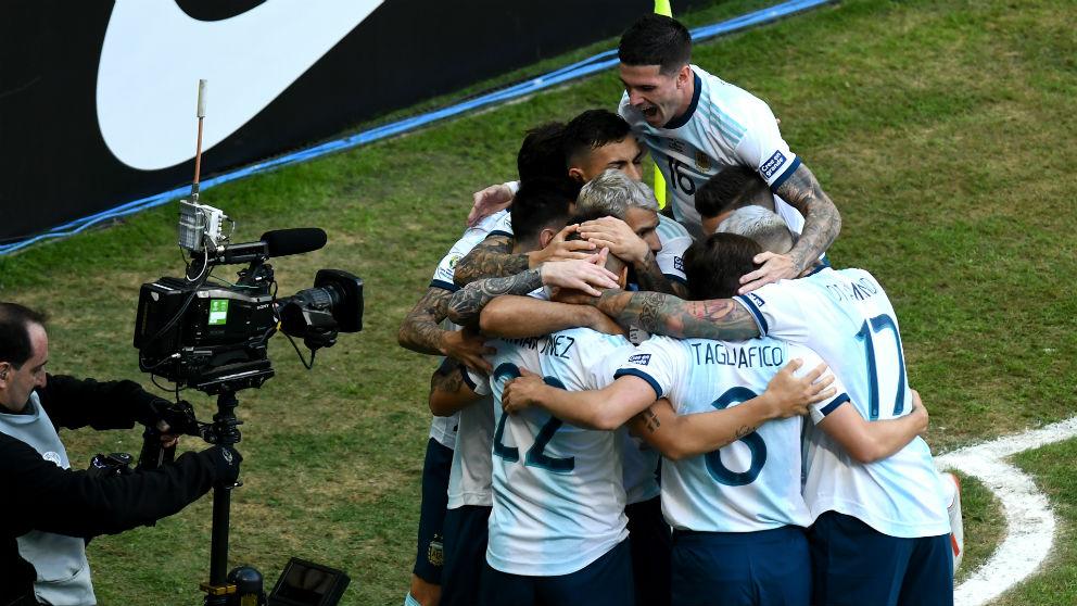 Los jugadores de Argentina celebran el gol de Lautaro. (Getty)