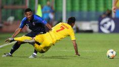 Amian pelea por un balón con el defensor rumano. (AFP)
