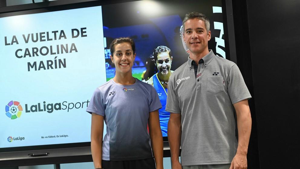 Carolina Marín y su entrenador, Fernando Rivas. (EFE)