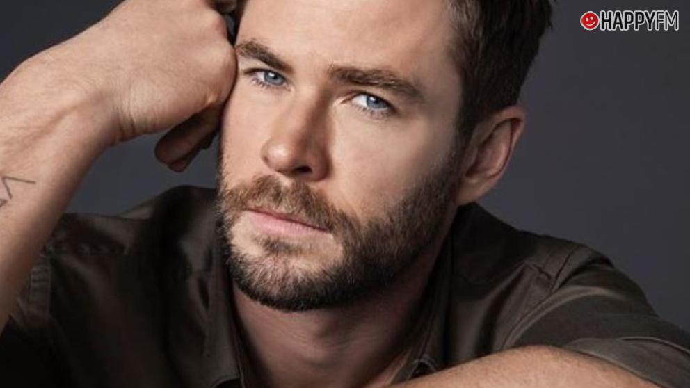 Chris Hemsworth impacta con las imágenes surfeando