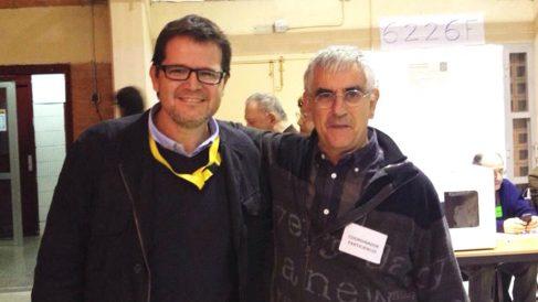 El líder de ERC en Tarrasa, Isaac Albert (izquierda), junto a Jesús Viñas (derecha), el autor del informe que exoneró a la profesora que agredió a una niña por pintar una bandera de España.