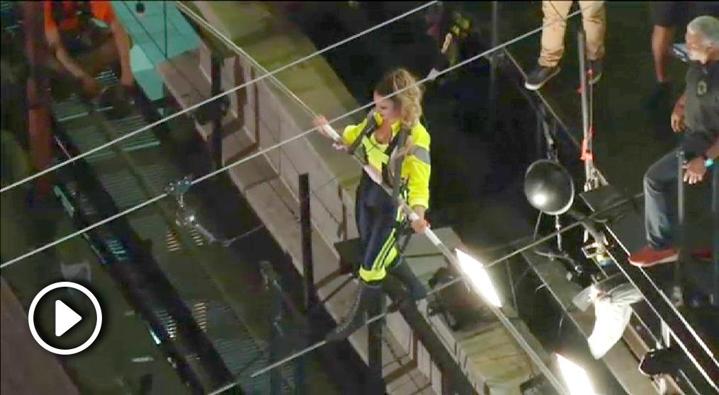 Lijana Wallenda cruza Times Square a 25 pisos de altura.