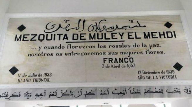 Cartel de la mezquita de Muley el Mehdi a la entrada del templo.