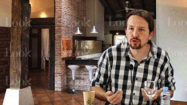 Pablo Iglesias junto a su chalet de Galapagar.