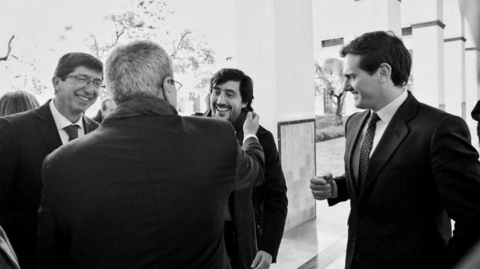 Toni Roldán saludando al consejero Rogelio Velasco en presencia de Rivera y Marín. (Foto: @toniroldanm vía Twitter)