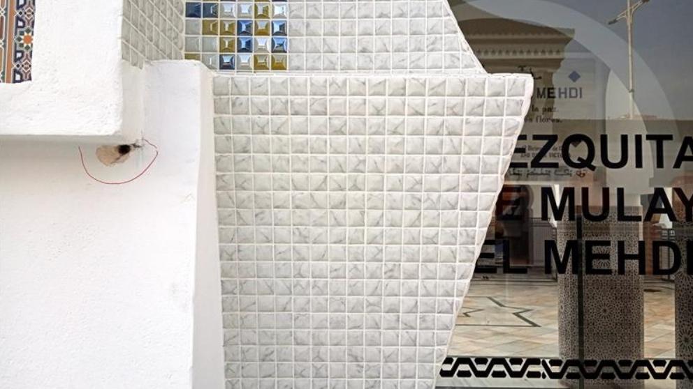 Uno de los impactos en la fachada frontal de la mezquita de Ceuta.