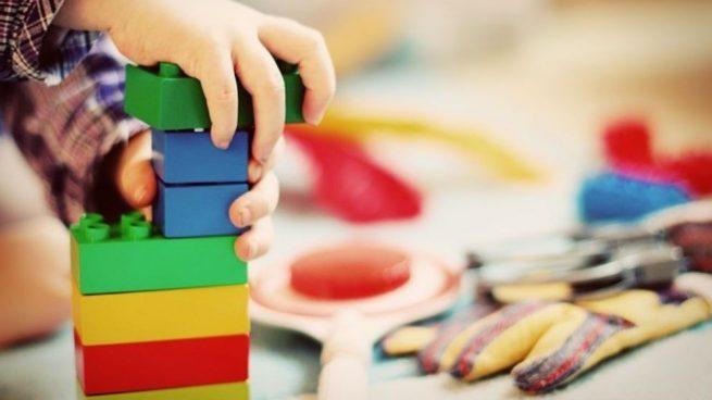 Un niño jugando en una guardería.