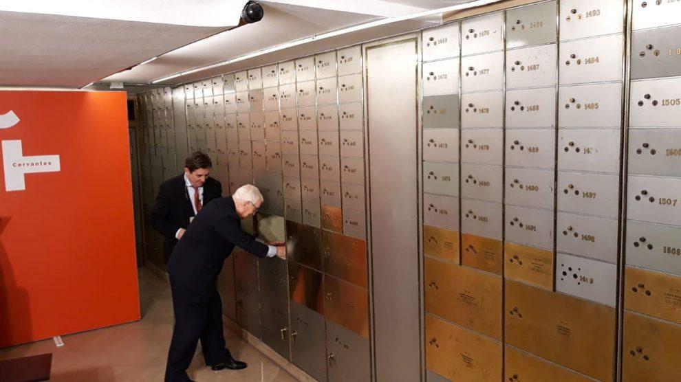 El ex director del Instituto Cervantes Víctor García de la Concha depositando un legado personal en la Caja de las Letras. Foto: EP