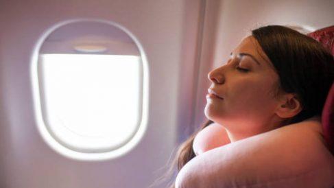 Descubre algunos remedios naturales que te servirán para dormir en el avión